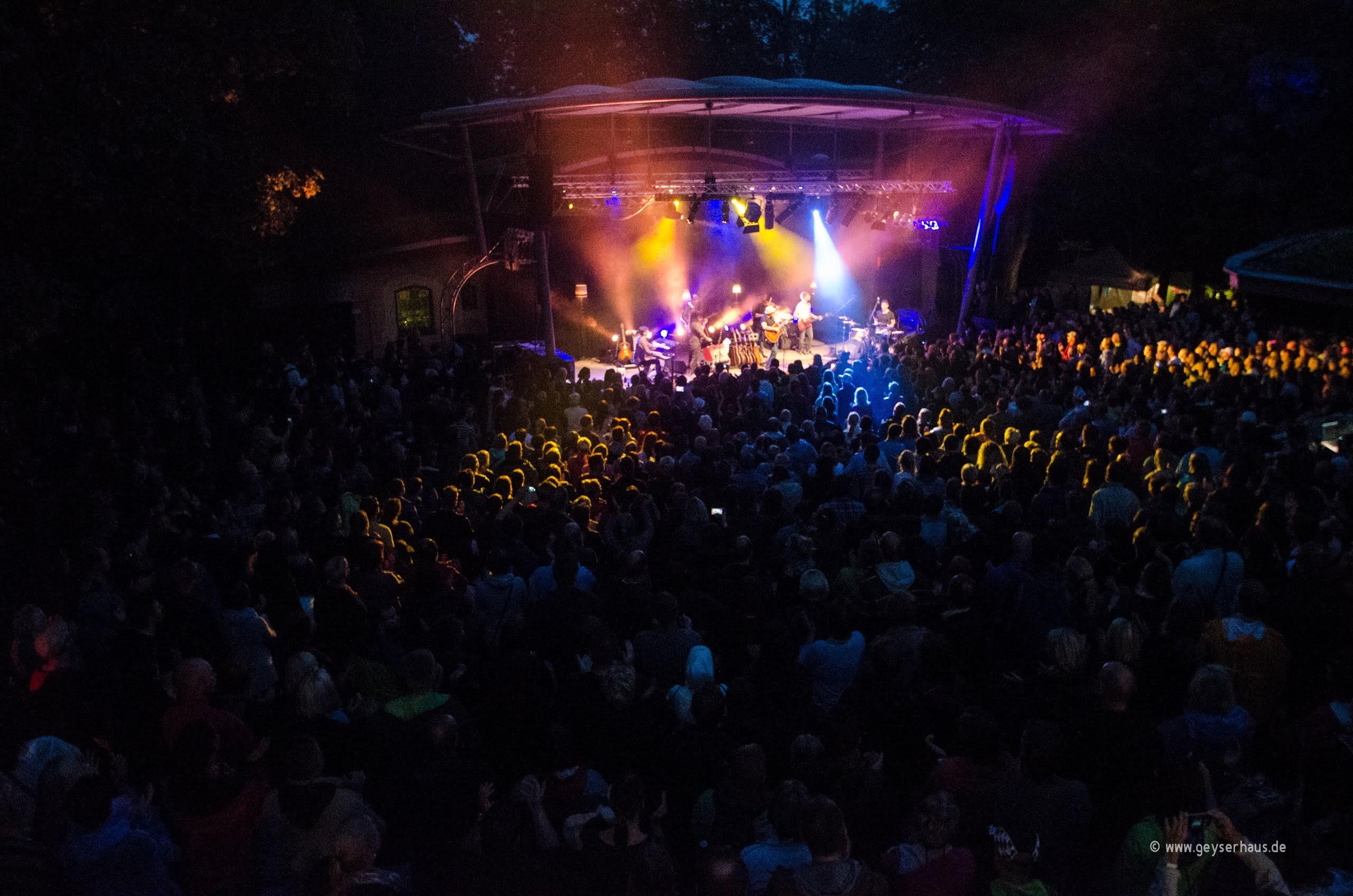 Foto der Parkbühne GeyserHaus während eines Konzertes.
